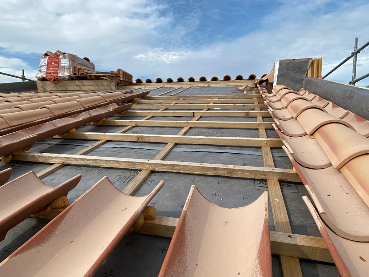 Instalación de tejas curva